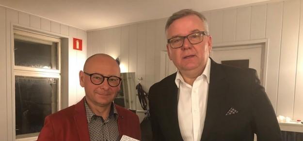 Burmistrz Pszczyny, Dariusz Skrobol z Arturem Andrusem, który wystąpił podczas gali rozdania Nagród Burmistrza w Dziedzinie Kultury. / źródło: facebook