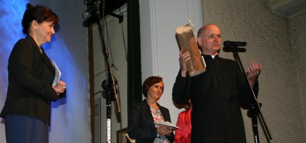 Teresa Buczak dziękowała za 15 lat współpracy księdzu Józefowi Markowi