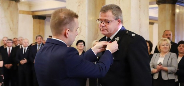 St. asp. Grzegorz Owczarz odebrał odznaczenie w siedzibie Śląskiego Urzędu Wojewódzkiego (fot. Śląski Urząd Wojewódzki)