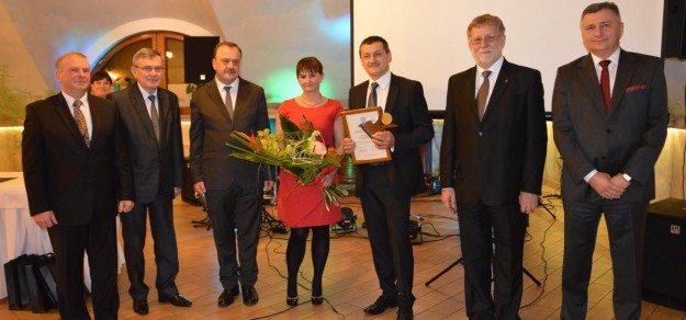 W środku laureaci Medalu Wojana - Eugeniusz Kowalski z żoną Krystyną.