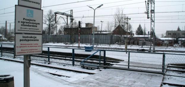 Przejście dla osób niepełnosprawnych na stacji PKP w Pszczynie ma ułatwić dostanie się na peron. Czy tak jest w rzeczywistości?