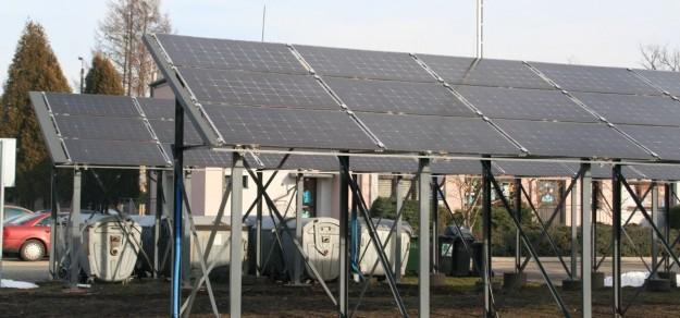 W ubiegłym roku zamontowano panele fotowoltaiczne, które zasilają w energię elektryczną Urząd Gminy Suszec (fot. archiwum)