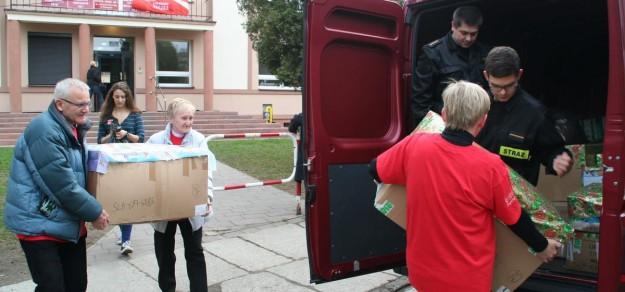 To wolontariusze dostarczają paczki z darami dla potrzebujących rodzin