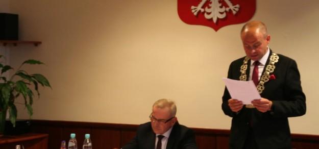fot. Szymon Sekta (stoi) został nowym przewodniączym Rady Gminy Suszec.