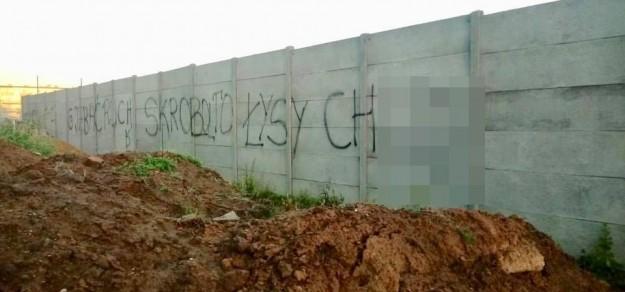 Taki napis (część musieliśmy zamazać) pojawił się niedawno w Pszczynie (fot. facebook.com/dariusz.skrobol.1)