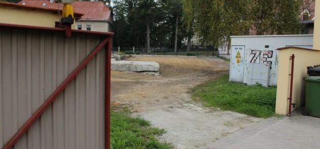 Brama została, ale od połowy sierpnia DPS nie możne z niej korzystać, bo wyjazd na ul. Wojska Polskiego jest po działce prywatnej, a właściciel nie godzi się już na korzystanie z niej