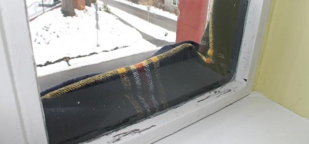 Zimą między skrzydłami okien w przedszkolu w Studzionce pojawiają się koce...
