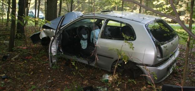 Mitsubishi colt został już pozbawiony kół i innych części. Czy w końcu ktoś poczuje się do obowiązku posprzątania lasu?