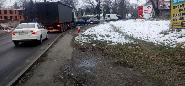Radny zaapelował o budowę brakującego odcinka chodnika. Okazuje się, że trzeba na to zgody właściciela terenu