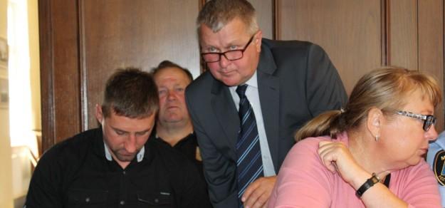 Krystian Czypek i działacze sportowi z Łąki (od lewej: S. Łuszczek i z tyłu B. Danisz) nie przekonali Rady Miejskiej do budowy boiska ze sztuczną nawierzchnią w tym sołectwie