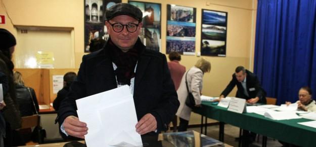 Burmistrz oddaje głos w wyborach samorządowych. Na niego zagłosowało prawie 68% mieszkańców gminy