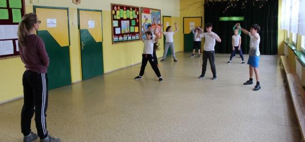 Ćwiczenia i zajęcia sportowe na korytarzu szkolnym to w Porębie codzienność