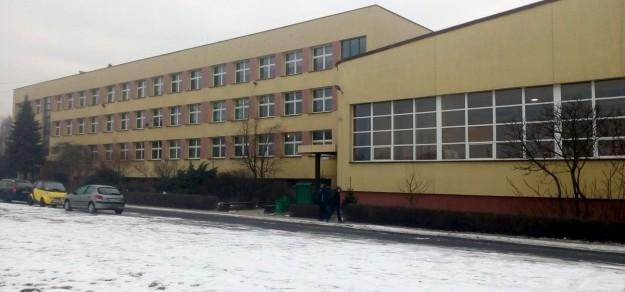 Czy w tym budynku przy ul. Przemysłowej w Woli powiat będzie prowadził szkołę ponadpodstawową?