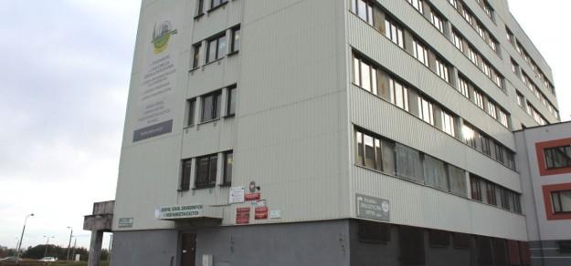 Budynek przy ul. Poprzecznej 1 w Woli, gdzie znajduje się m.in. Zespół Szkół Zawodowych i Ogólnokształcących