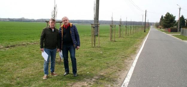 Robert Gruca i sołtys Pawłowic, Grzegorz Cyrulik. Za nimi grunty, które gmina chce poznaczyć pod strefę ekonomiczną.