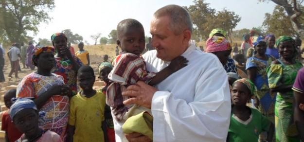Ojciec Ludwik w Afryce nie tylko głosi Słowo Boże, ale też pomaga ludziom, by lepiej im się żyło (fot. archiwum)