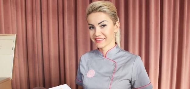 Właścicielką salonu Ah! Beauty jest mieszkanka Wisły Wielkiej, Karolina Żurowska-Migas, absolwentka fizjoterapii Akademii Wychowania Fizycznego w Katowicach oraz Warsaw Aesthetic Academy w dziedzinie kosmetologii i laseroterapii.