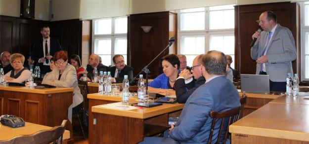 Dyskusja nad propozycją zmian w projekcie uchwały podczas sesji Rady Miejskiej 27 października ub.r.