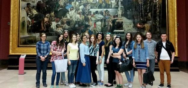 Wizyty w polskich i zagranicznych muzeach rozbudzają historyczną ciekawość studentów. Na zdjęciu zwiedzanie Muzeum Narodowego w Krakowie.