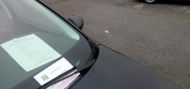 fot. Gmina chce, aby z parkingu w centrum miejscowości zniknęły auta na sprzedaż. Postawione są tam bez zgody właściciela terenu.