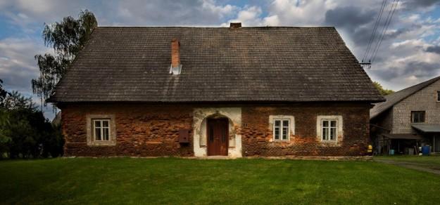 (fot. Dorota Brauntsch) Dom w Grzawie z II poł. XIX w. Na zdjęciu typowe dla wsi pszczyńskiej wejście z wysiadkami.
