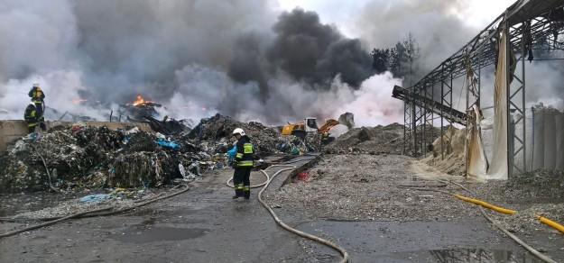 (fot. KM PSP Żory) W gaszenie pożaru zaangażowanych było 39 zastępów straży pożarnej, w tym PSP w Pszczynie i jednostki OSP z gmin Suszec, Pawłowice i Pszczyna.