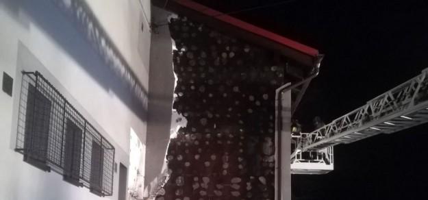 Zniszczona elewacja budynku po pożarze