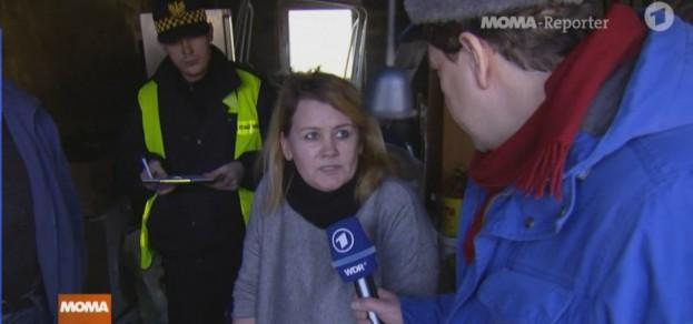 W reportażu niemieckiej telewizji o smogu w Pszczynie pojawili się m.in. pracownicy Straży Miejskiej (kadr z programu Das Erste)