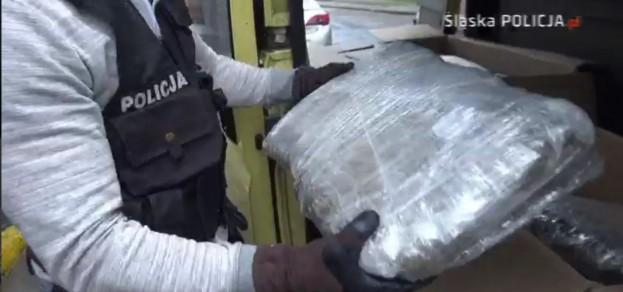 Policja przejęła ponad 30 takich paczek z marihuaną (kadr z filmu udostępnionego przez KWP Katowice)