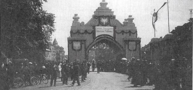 (fot. GRH Pszczyna) Brama powitalna wojska polskiego z 1922 r. na rynku w Pszczynie.