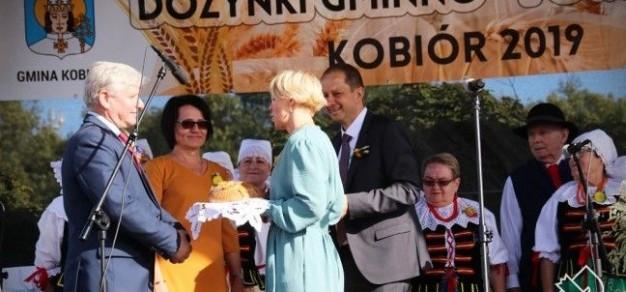 Starostowie dożynek, państwo Beata i Marcin Zawieruchowie przekazują bochenki chleba gospodarzom dożynek - staroście pszczyńskiej oraz wójtowi gminy Kobiór. (fot. powiat)