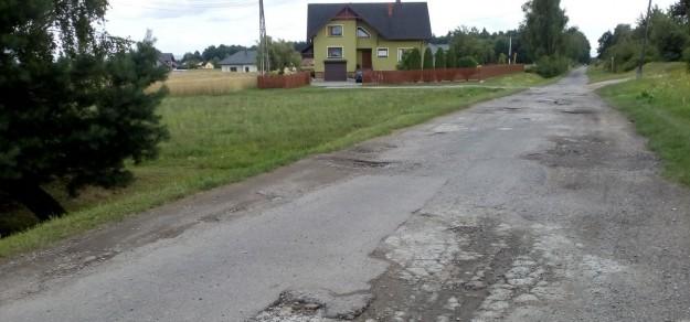 Nie dość, że to droga dojazdowa do wielu posesji, to również ścieżka rowerowa. Czy po załatwieniu spraw własnościowych uda się ją w końcu wyremontować?
