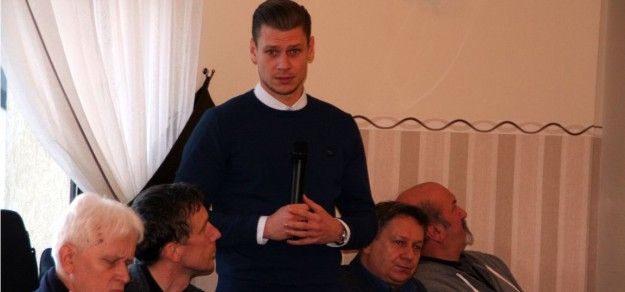 Łukasz Piszczek podczas sesji Rady Gminy Goczałkowice-Zdrój.