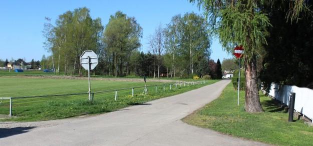 Ul. Krzyżanowskiego w pobliżu boisk, dziś w części jednokierunkowa, miałaby być drogą dwukierunkową i dojazdową do parkingu przy dworcu w Zdroju