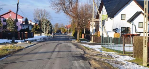 Mieszkańcy Ćwiklic chcą chodnika na  ul. Kombatantów. Ale na jego budowę w najbliższych latach się nie zanosi.