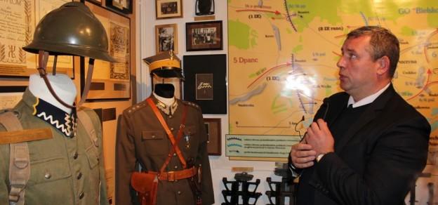 Po muzeum oprowadzał dr Marian Małecki, prezes stowarzyszenia