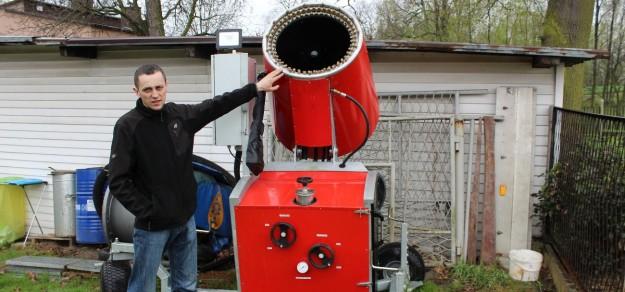 Tomasz Kempka pokazuje armatkę, którą zaprojektował