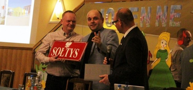(fot. Natalia Modrzewska) Michał Pudełko (w środku) przekazał Markowi Wojtali (pierwszy z lewej) tabliczkę sołtysa.