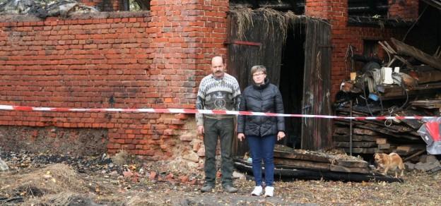 Bogusława i Bronisław Krzempek stracili w pożarze dużą część dobytku.