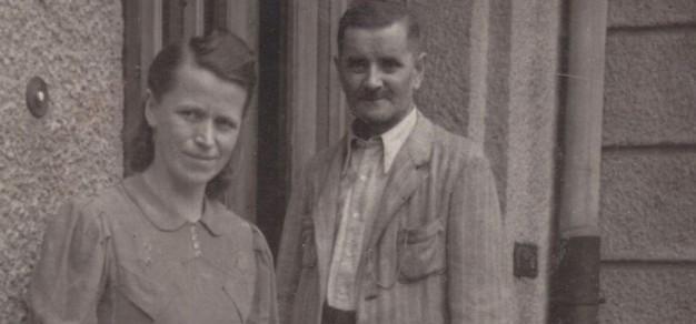Rodzice Ł. Prządki przed tzw. ćwiczeniówką. Zdjęcie wykonano w 1948 r. (fot. archiwum rodzinne Ł. Prządki)
