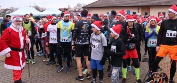 Charytatywny bieg Mikołaje-Aniołom na ulicach Piasku 7 grudnia 2019 r. / fot. powiat