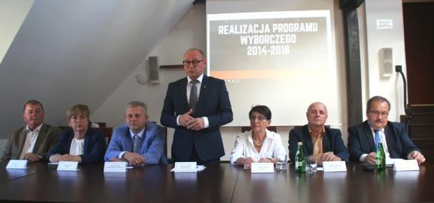 Podczas konferencji burmistrza i niektórych radnych Rady Miejskiej w Urzędzie Miejskim