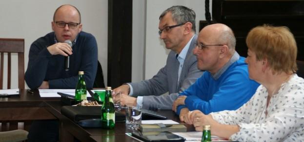 Na posiedzeniu Komisji Gospodarki Rady Miejskiej o planach firmy Remondis mówił Marek Mrugalski (pierwszej z lewej)