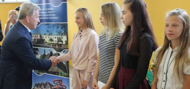 Andrzej Supron gratuluje wyników młodym zapaśniczkom z Woli