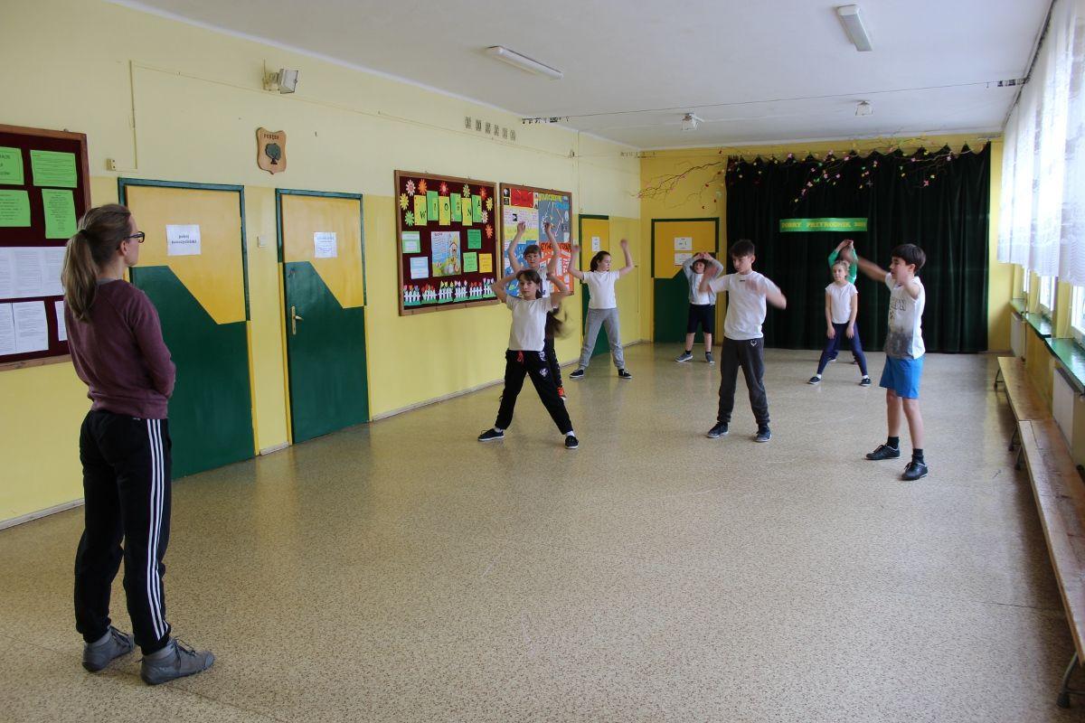 Dzieci muszą ćwiczyć na korytarzu
