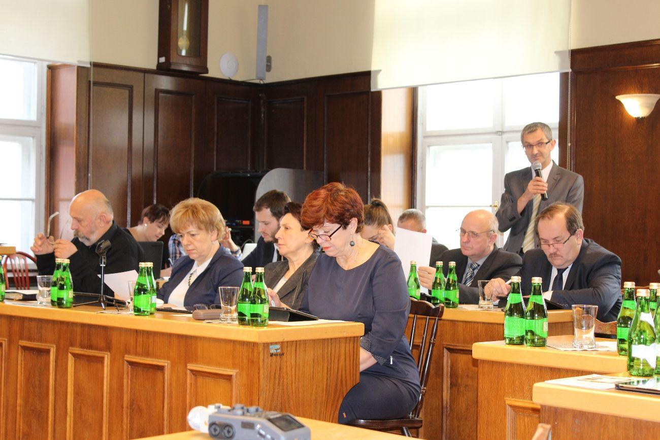 Radni dyskutują o projekcie budżetu gminy na 2016 rok. Niektórzy są zaniepokojeni