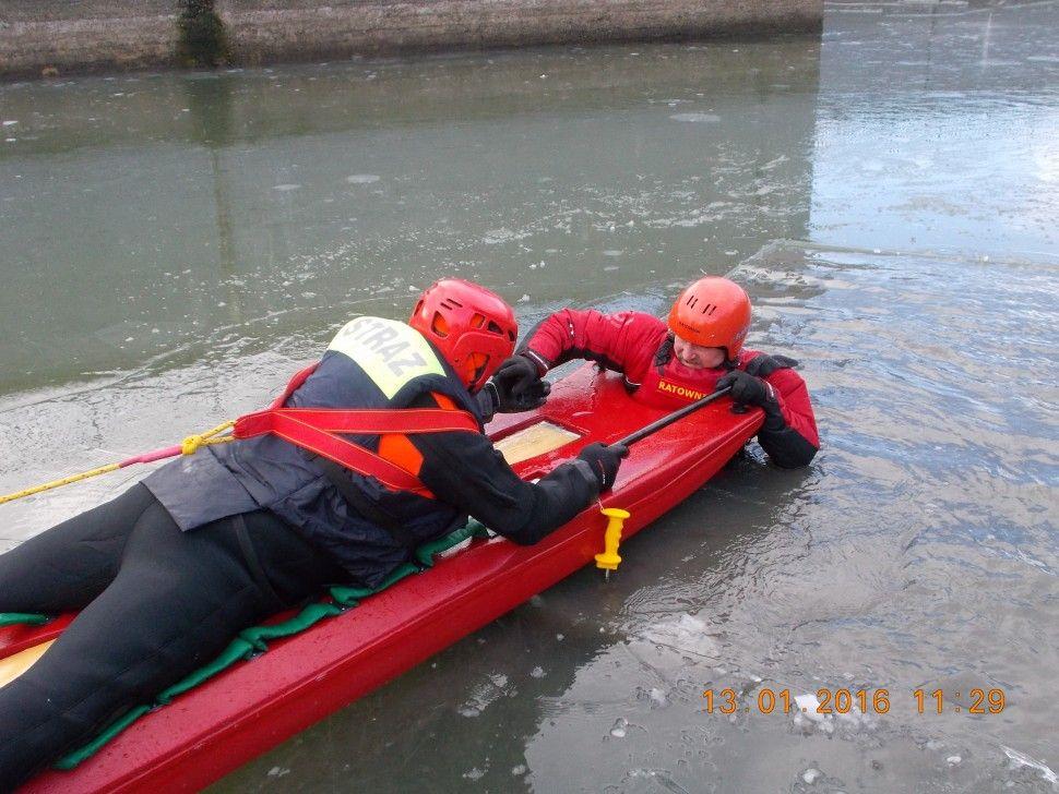 Strażacy ćwiczyli na lodzie