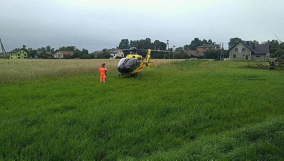 Motocyklista uderzył w drzewo. Interweniowało pogotowie lotnicze