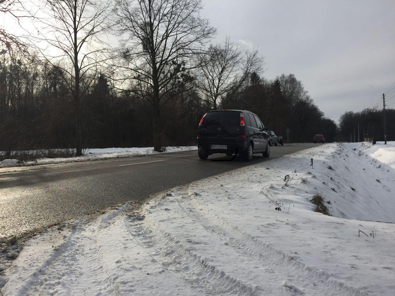 Zima trzyma. Trudne warunki przyczyną wypadku i kolizji
