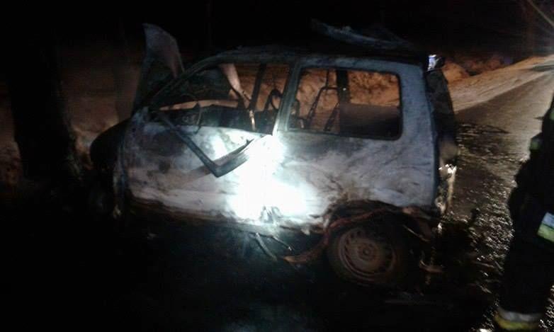 Miedźna: auto uderzyło w drzewo i stanęło w płomieniach
